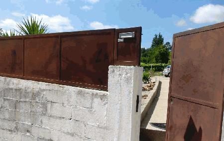 Grade fechada com portão e caixa de correio