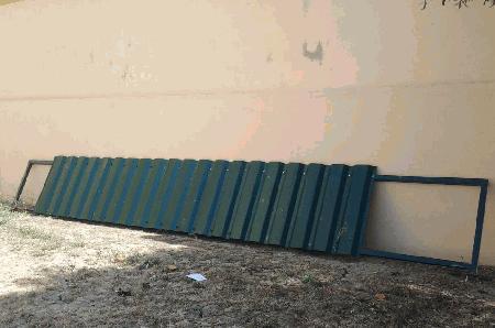 Estutura com chapas verdes para muro